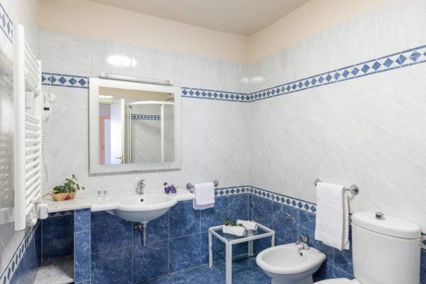 hotel-tazza-d-oro-toilet2